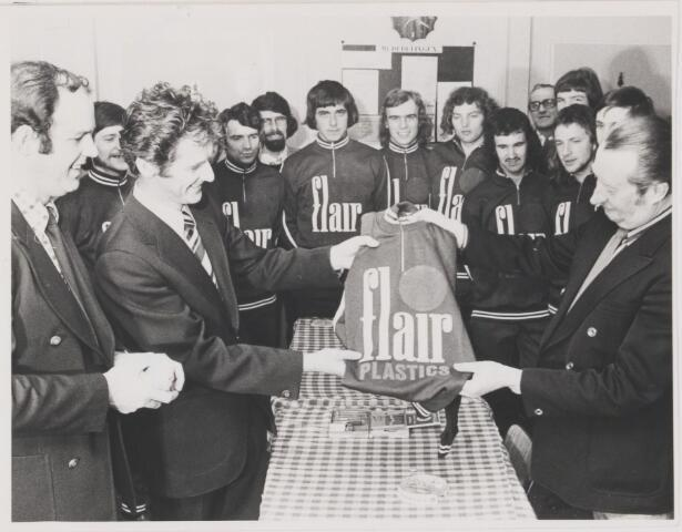 082101 - Voetbal. Van de sponsor Flair ontvangen de leden van S.V. Gilze een nieuw tenue