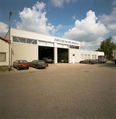 D-000772-1 - Bedrijfspand van Pastoor-van den Bergh B.V. aan de Kapitein Rondairestraat (Bouwbedrijf Van Besouw).