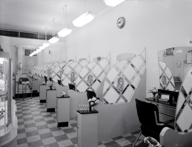 650551 - Schmidlin. Kapsalon Burgers aan de Besterdstraat 24, 1955.