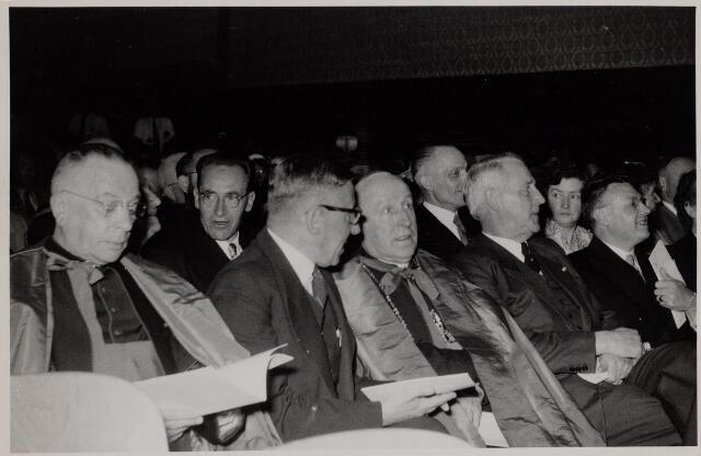 040981 - Gouden feest van de R.K. Arbeidersbeweging van de Bossche Diocesane Bond te Tilburg. Een foto van de feestvergadering vlnr: mgr. F. Hendrikx vicarus van het Bisdom, prof. dr. De Quay comm. van de Koningin, mgr. W. Mutsaerts, minister A.C. de Bruin, P.J. Vriens voorzitter van de K.A.B., het feest begon met een H. Mis in de kerk St. Anna, daarna begaf het geezelschap zich naar de Metropole waar tijdens het feestmaal de heer Hendriks directeur Centraal Ziekenfonds het K.A.B. verraste met een totaalbedrag van 342.000 gulden te besteden aan div. goede doelen.