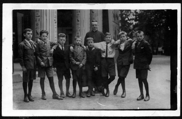 055089 - Misdienaarsreisje naar Antwerpen onder leiding van kapelaan Diels. De foto is gemaakt in de dierentuin. V.l.n.r. Christ Eijsermans, Antoon van Diem, Jan Mes, Hendrik van der Zande, Jan Eijsermans, Frans Speetjens, Tiest van den Berg, Kees Santegoets
