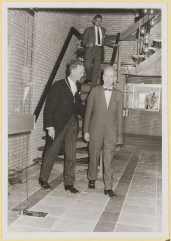 072982 - Opening gemeentehuis door de Commissaris van de Koningin Kortmann.  Afdaling van de trap na de officiële opening.