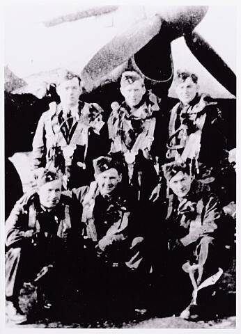 013767 - WO2 ; WOII ; Tweede Wereldoorlog. Verzet. Piloten. Bemanningsleden van een Australische Halifax MK III die op 16 juni in de omgeving van Nistelrode werd neergeschoten. Zittend van links naar rechts Th. Masdin (radiotelegrafist), D. Hattey (schutter) en H. Gould (schutter). Staande van links naar rechts G. Blackford (piloot), S. Lough (bommenrichter) en R. Carter (navigator). Op de foto ontbreekt boordwerktuigkundige J. Kennedy. Masdin ontsnapte via Uden, Schijndel, Moergestel en Tilburg naar Antwerpen, waar hij op 3 juli 1944 door de Duitsers werd gearresteerd. Ook Carter volgde in grote lijnen dezelfde route. Op 9 juli 1944, de dag van de inval bij Coba Pulskens, werd hij in de Diepenstraat door de Duitsers neergeschoten