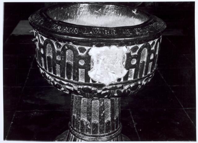 019598 - Hardstenen doopvont uit 1590 in de Goirkese kerk. Op de bovenrand staat de tekst: Asperges me hyssopo et mundabar 1590