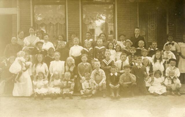 601088 - Buurtbewoners uit de Molenbochtstraat. Op de achterste rij vijfde van links Annie Dusée, geboren te Tilburg op 23 februari 1902.
