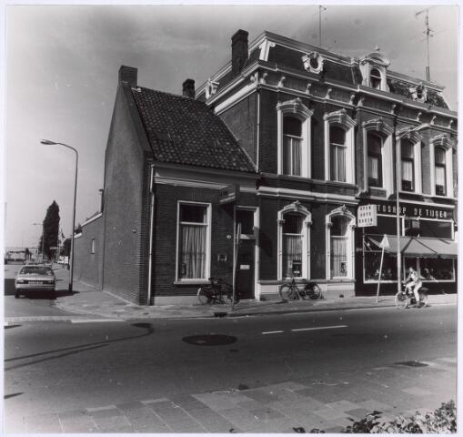 018611 - Links het pand van het Katholiek Instituut voor Maatschappelijk Werk en rechts autoshop De Tijger aan de Gasthuisring. Links de Lochtstraat (foto gemaakt in periode 1972-1980)