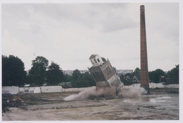 043845 - Het opblazen van de watertoren op het terrein van de Regenboog aan de Bredaseweg.