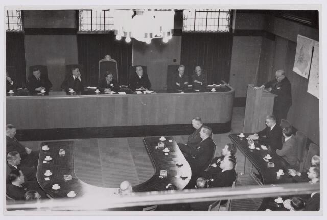 037644 - Textiel. Prins Bernhard wordt op 13 november 1950 officieel verwelkomd in de raadszaal van het Paleis-Raadhuis tijdens zijn bezoek aan Tilburg
