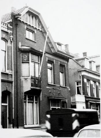 032812 - Voorgevel van het pand aan de Stationsstraat 11 van de Fam. Stael v.d. Mortel even voordat het overging naar het Tilburgs Roepingencentrum
