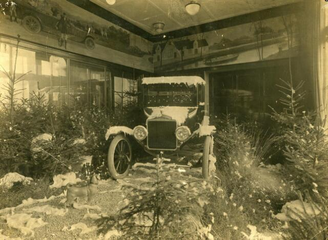 200125 - Winteretalage van garage Th. Knegtel aan de Heuvel.