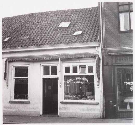 """028620 - Winkelpand Vogel & Zaadhandel """"Kanaria"""" aan het Piusplein 37. De winkel werd gerund door familie Van Ham."""