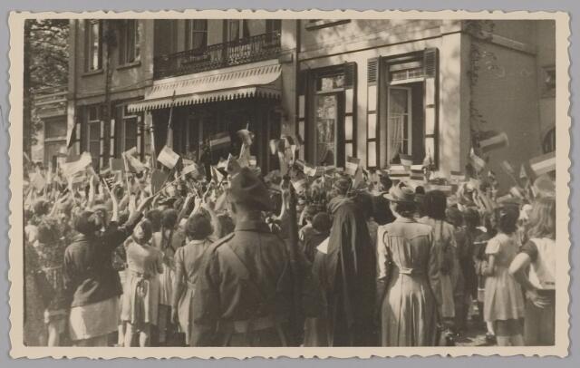 083561 - WOII; WO2; Hulde door schookinderen aan Koning Leopold en aan Koningin Wilhelmina die evenals prinses Juliana staan op bordes Landgoed Anneville (na bevrijding in 1945 van Zuid-Nederland)