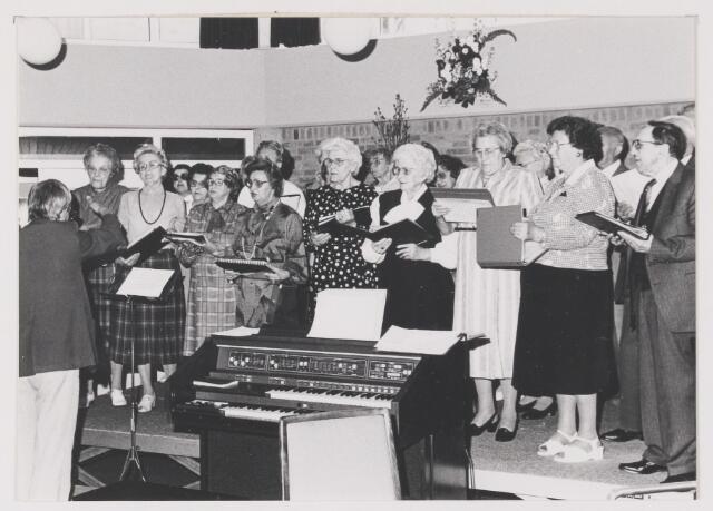 081714 - K.A.M. 1987. Optreden van het Koor van de BVO in het gemeentehuis van Rijen