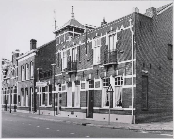 023107 - Panden St. Josephstraat 83 (rechts) en 85 (links). Daarnaast de kapsalon van Ria de Beer