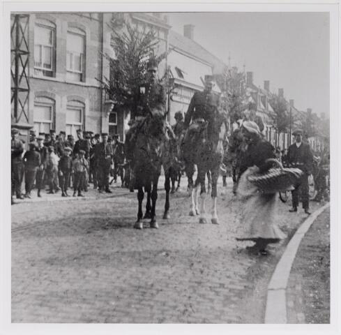 042609 - Militairen te paard op de Korvelseweg omstreeks 1905