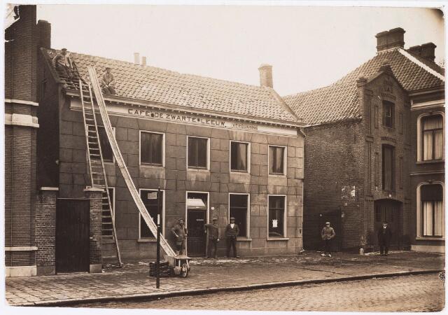 034886 - Café De Zwarte Leeuw (Claessens) gesloopt in  1929 aan de westzijde van het Wilhelminapark later Koffiehuis de Zwaan, rechts het huis van de dames Janssen.