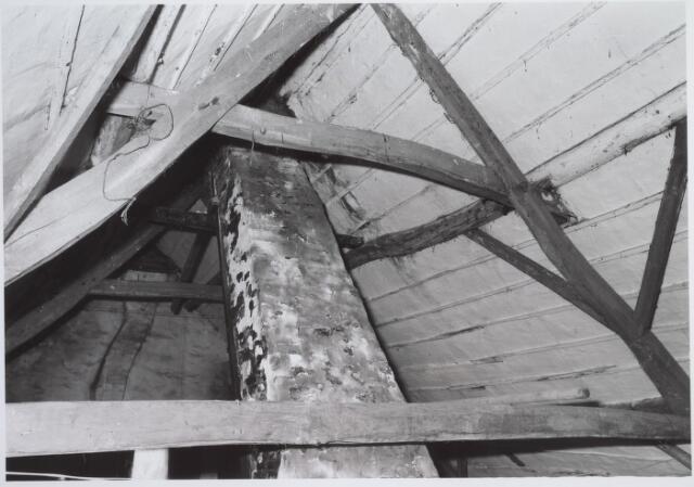 025689 - Detail van het dak van het pand Leharstraat 109