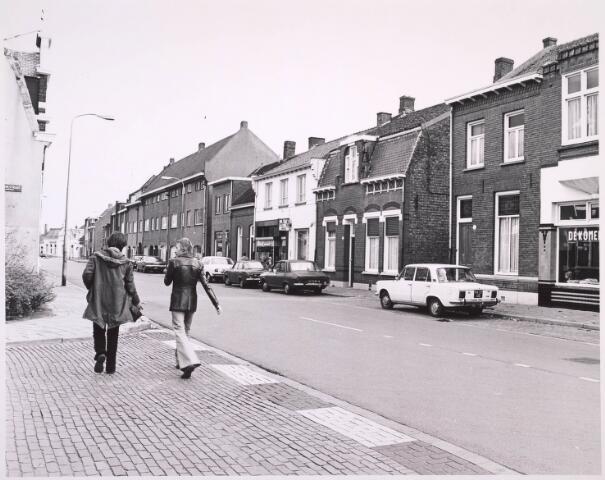 023251 - St. Josephstraat in de richting van de Riongbaan-Oost ter hoogte van de Boerhaavestraat (links). Op de achtergrond café Casino