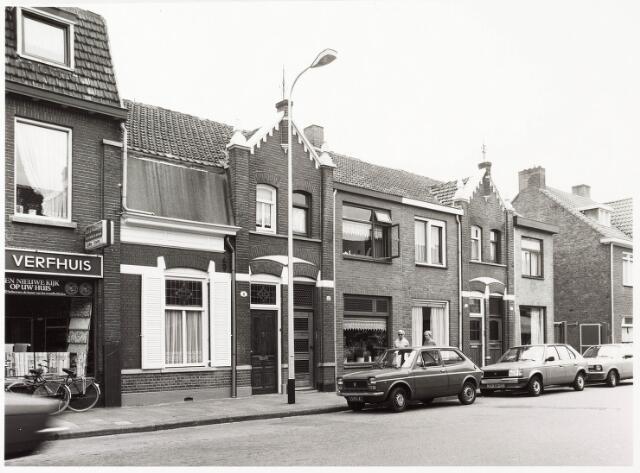 033866 - Panden aan de Veldhovenring 8 tot en met 14 (even). Links een winkel in verfwaren.