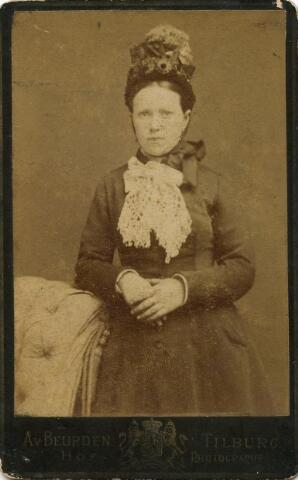 601080 - Adriana van Tilburg, geboren te Steenbergen op 5 januari 1862 als onwettige dochter van Antonette van Tilburg. Adriana is later dienstbode in de stad Tilburg. Daar trouwde zij op 29 mei 1901 met bankwerker Franciscus Hubertus Dusée. Haar moeder woonde op dat ogenblik in Oud Gastel. Adriana van Tilburg overleed te Tilburg op 18 februari 1923.