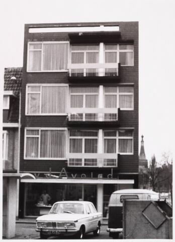 028619 - Winkelpand met bovenwoningen aan het Piusplein 21-22