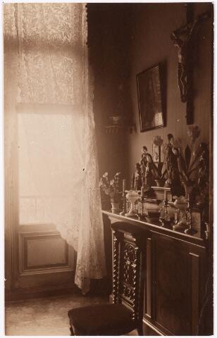 033295 - Huisaltaartje met bidstoel in een slaapkamer van villa Tivoli.