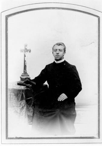 048465 - Antonius Josephus Cornelius Mulders geboren te Tilburg op 11 maart 1875, zoon van timmerman Johannes Mulders en Gerardina Kasteleijns, trad op 2 februari 1895 in bij de fraters van Tilburg. Hij werd geprofest op 27 augustus 1898 en kleeg de kloosternaam frater M. Rembertus. Hij overleed te Tilburg op 3 februari 1958.