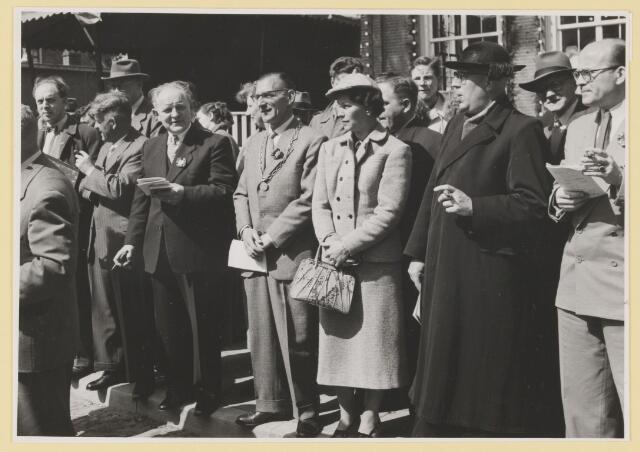 080785 - Groepsfoto. 10 jaar bevrijding, 1945-1955. Vóór het raadhuis de genodigden met  rechts: Pastoor Karel Prinsen (met dikke sigaar) en de heer en mevrouw Verhoeven.