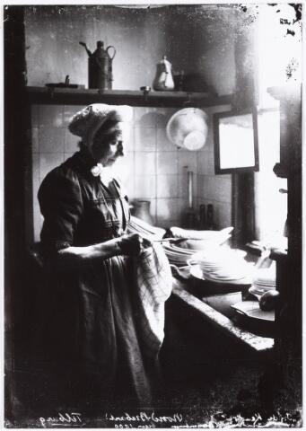 008537 - Vrouw in de geut (keuken) , gefotografeerd door Henri Berssenbrugge (1873-1959).