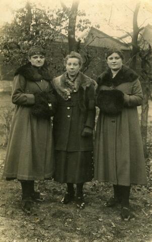 093079 - Van links naar rechts Trien Hoskens-Coppens, Trien Coppens-van de Ven en Anna van Raak Coppens. De gezusters Coppens dragen beiden een mof.
