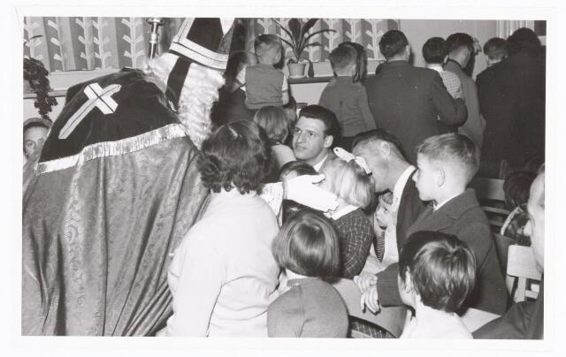038871 - Volt. Zuid. Sport en ontspanning. Viering Sint Nicolaas voor de kinderen van het personeel in 1959. De heer midden op de foto die Sinterklaas aankijkt, is Gust Sparidaens, destijds baas in de fabricage- of productie-afd. condensatoren.