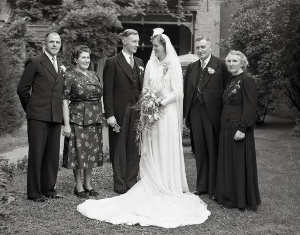 654401 - Portretfotografie. Bruidspaar met wederzijdse ouders.
