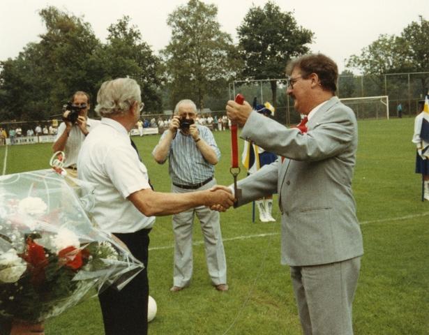 800082 - Sport. Voetbal. Opening van de nieuwe tribune van voetbalvereniging Taxandria in Oisterwijk. De sleuteloverhandiging door R. v.d. Boer aan voorzitter Harrie Smetsers.