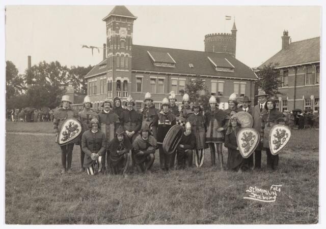 048898 - Optocht ter gelegenheid van de kroningsfeesten bij het 25-jarig jubileum van koningin Wilhelmina (1923-1924) deelnemers verzamelen zich op de Kromhout kazerne te Tilburg.