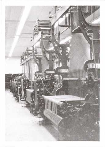 037995 - Textiel. Achterzijde van jacquard-weefmachines bij A & N Mutsaerts. Met deze speciale getouwen konden de meest ingewikkelde patronen worden geweven en het werken ermee vereiste het nodige vakmanschap