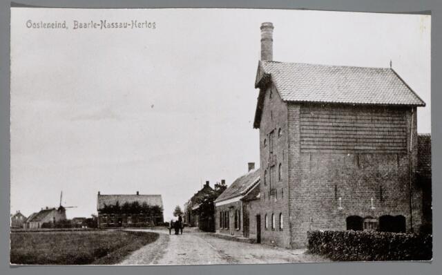 065463 - Inkijk in de Alphenseweg, thans St. Annaplein; rechts de voormalige looierij van Van Sommeren, toen in gebruik als pakhuis en kolenbergplaats voor de distributie; op de voorgrond de smederij van Rijsbosch en links daar achter de molen van J. Theeuwes