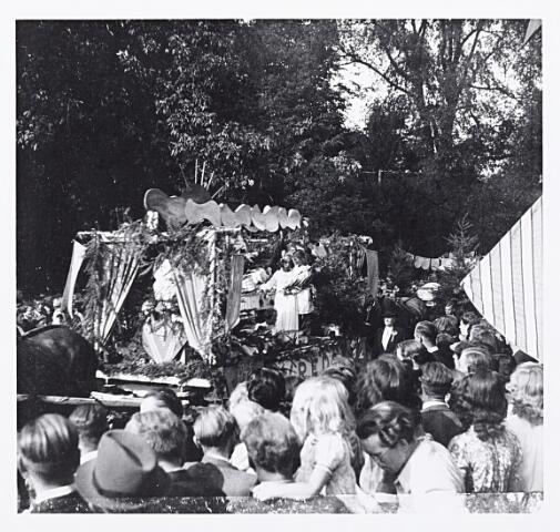 012209 - WO2 ; WOII ; Tweede Wereldoorlog. Een wagen met kinderen verbeeldt het begrip vrede in de bevrijdingsoptocht van 9 mei 1945 in het Wilhelminapark
