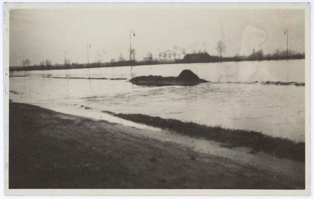 023989 - De Leij is buiten haar oevers getreden en zet een deel van Koningshoeven onder water. Foto 1930