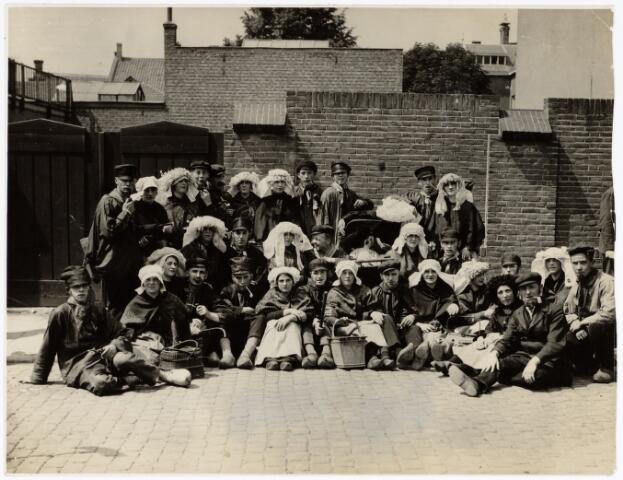 048930 - De Folklorestoet 'Brabant is sijn eugen lant' trekt op 21 juli 1929 door het centrum van Tilburg. Een Tilburgse volksdansgroep. (op de voorgrond rechts, met het pijpje, de heer F. Landmeter 'dansmeester' .