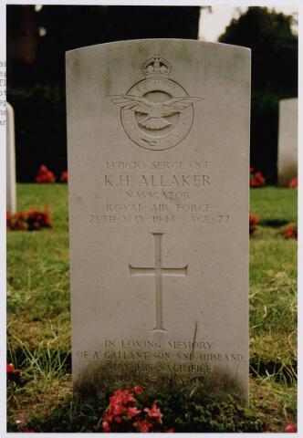 045737 - Tweede Wereldoorlog. In Graf C.1.7 op de begraafplaats van de parochie St. Jan ligt Kenneth H. Allaker, sgt., 22 jaar, gesneuveld op 25 mei 1944, R.A.F., 76. Squadron, navigator.