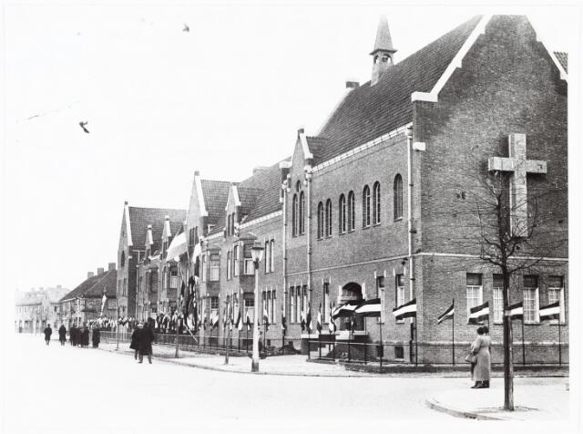 009385 - Kloosters. Zusters van Schijndel betrekken St. Liduina klooster aan de Pelgrimweg te Tilburg (in de sacramentsparochie aan de Ringbaan-Oost)