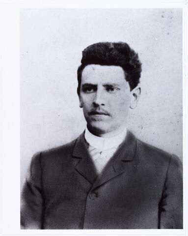 006717 - Francois Antoine Bruyelle geboren te Roermond op 26 april 1863, zoon van Hippolyte Bruyelle uit Cambrai (frankrijk) en Paulina Huberdina Lommen. Hij trouwde te Tilburg op 25 mei 1886 met Henrica Josephina Nicolasina Lombaers. Hij overleed te Tilburg 24 februari 1923. Zijn beroep was meelfabrikant.