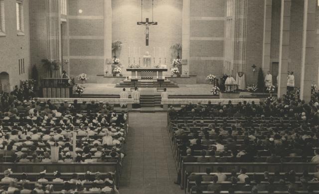 653309 - Parochie Gasthuisring. Pastoor K. Janssens (1939-1963) spreekt de Bisschop Mgr. W. Mutsaerts en zijn gelovigen toe. De bisschop heeft de nieuwe kerk O.L.Vrouw van Altijddurende Bijstand ingezegend