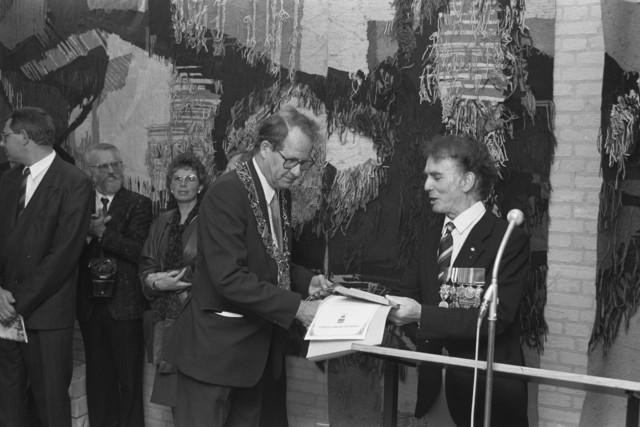 TLB023000114_001 - Tijdens de Bevrijdingsfeesten in 1989 ontvangt Burgemeester Brokx, uit handen van een gedecoreerde veteraan, een en ander van het Hamilton District Councel uit Nieuw-Zeeland