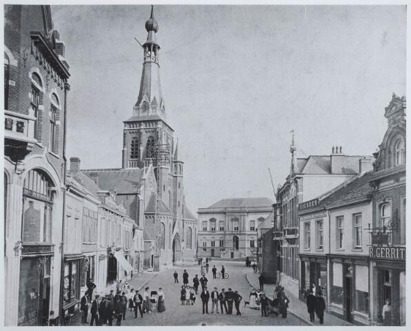 027828 - Overzicht Oude Markt richting Stadhuis 2-20 links, 3-7 rechts.