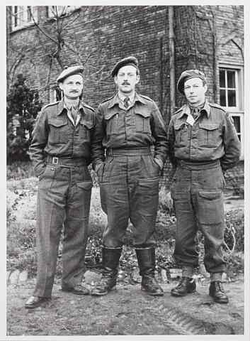 012863 - WOII; WO2; Tweede Wereldoorlog. Inkwartiering. Drie Britse militairen in de tuin van het fratershuis aan het Kardinaal de Jongplein waar zij na de bevrijding van Tilburg waren ingekwartierd