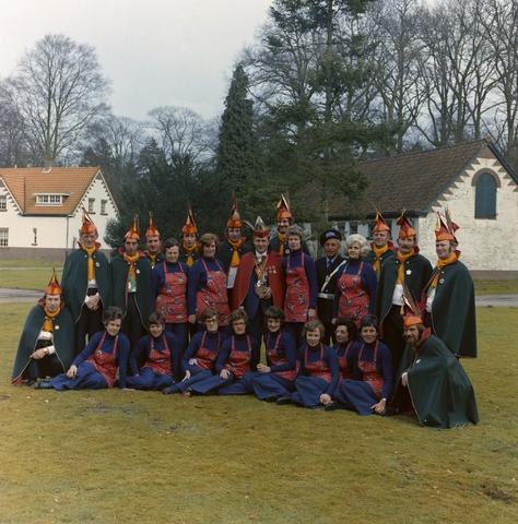 1237_011_827_004 - Carnaval. Kaaiengat. Groepsfoto van de Raad van Elf met dames uit Riel in 1975.