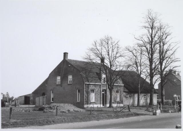 025703 - Boerderij Moleneind 120 (thans Leharstraat) halverwege april 1963