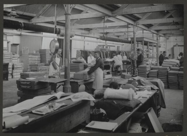 071864 - De expeditieruimte van stoomvervij en chemische wasserij De Regenboog. Van hieruit werden alle behandelde, geverfde en gereinigde stukken retourgezonden naar de verschillende fillialen door het gehele land. De foto is afkomstig uit een album dat werd gemaakt en aangeboden naar aanleiding van het 40-jarig jubileum van textielfabriek De Regenboog  van de firma Janssen en Bierens op 2 december 1930.
