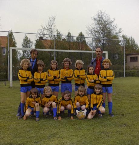 1237_011_823_001 - Sport. Voetbal. Een jeugdteam van V.O.A.B. (Van Onder Af Begonnen) te Goirle in mei 1975.